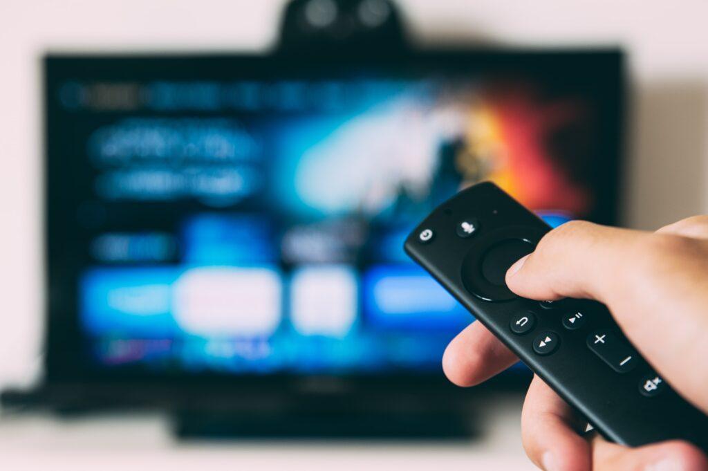 Ainda vale a pena investir em comerciais e merchans na TV?